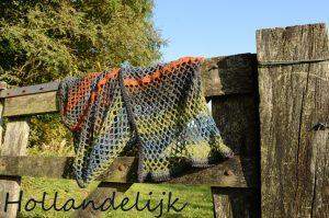 De sjaal in natuurtinten gemaakt in de Color Flow van Ferner Wolle
